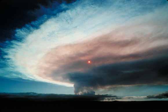 fume cloud over summit of kilauea